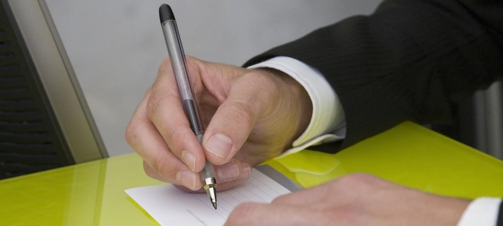 Ръка с писалка